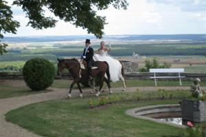 Bride and groom on horseback at Hattonchatel